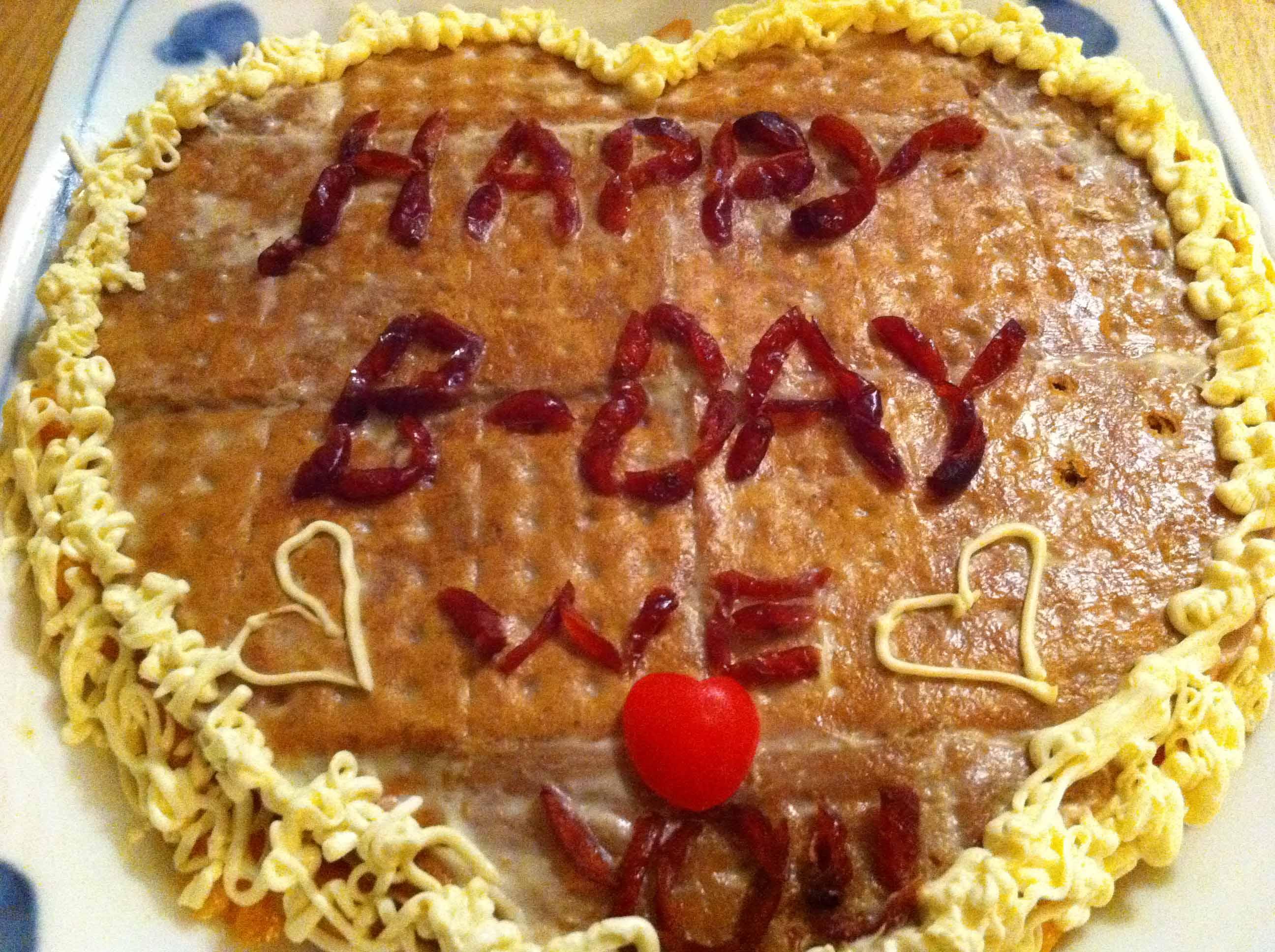 Kayla製作的生日蛋糕。「有一年生日我睜開眼,就看見她和狗狗全部帶上生日帽,向我喊生日快樂。」彭秀慧說。相片由受訪者提供