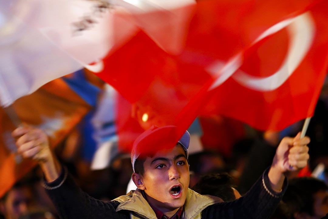 一名少年揮舞著國旗慶祝。攝 : Umit Bektas/REUTERS