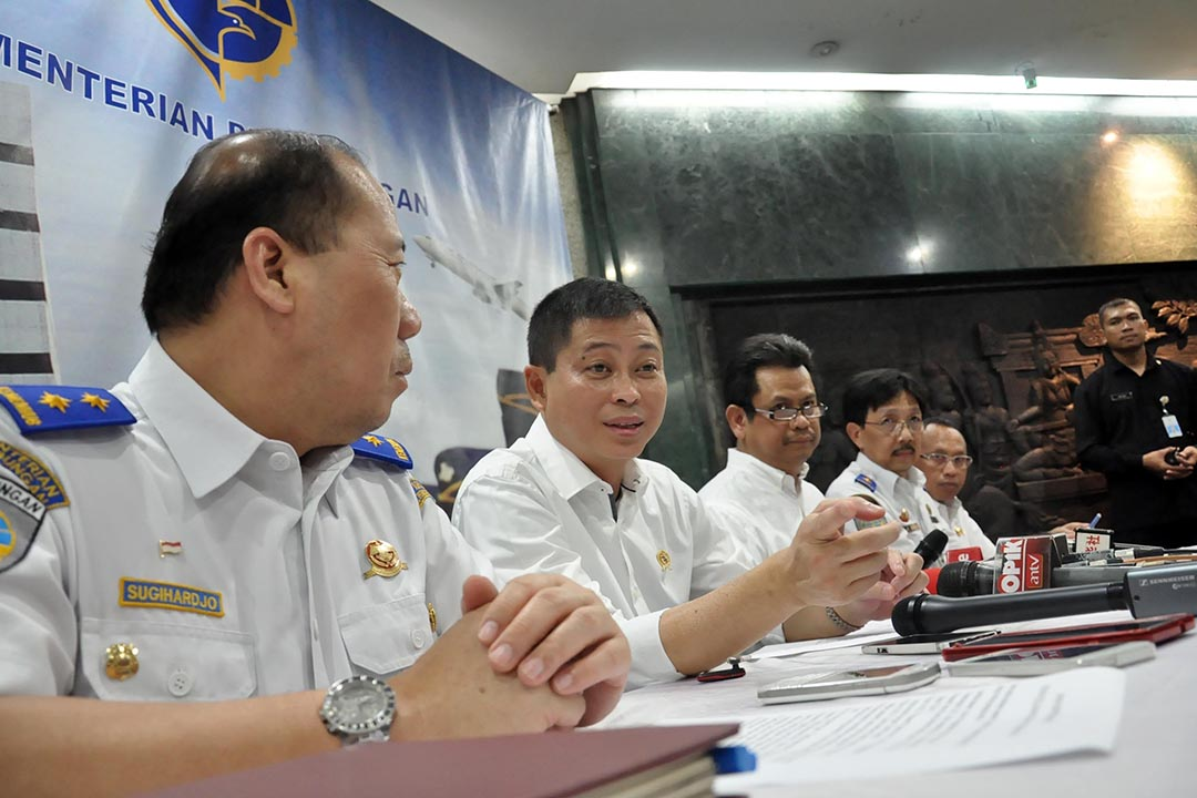 印尼交通部長 Ignasius Jonan(左二)發布關於懷疑撞山墮毁的 TGN267 航班搜索消息。攝 : Wawan Kurniawan/Anadolu Agency