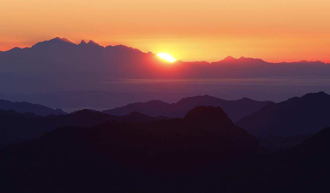 2015年12月9日,西奈山日出。著名的西奈山日出景色吸引無數遊客冒着危險登山。攝:Amr Abdallah Dalsh/REUTERS