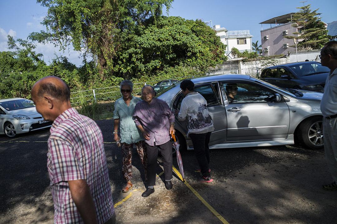 元朗八鄉選區下午有私家車接送長者到票站投票。攝:林亦非/端傳媒