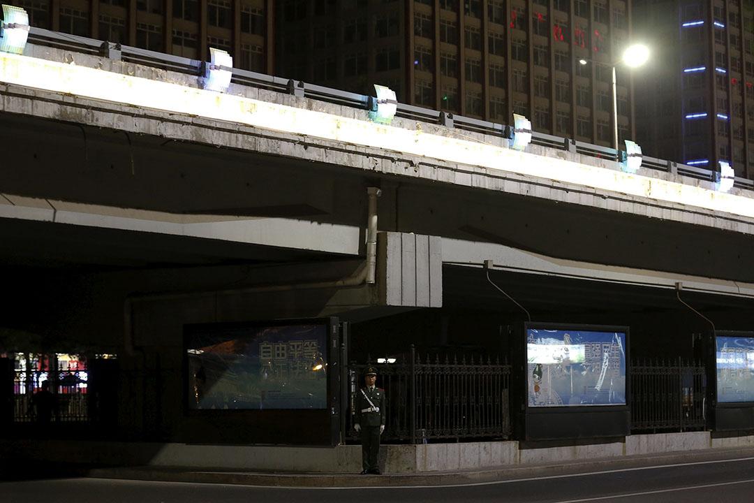 閱兵前一晚,武警在一條天橋下把守。 攝:Kim Kyung-Hoon/REUTERS