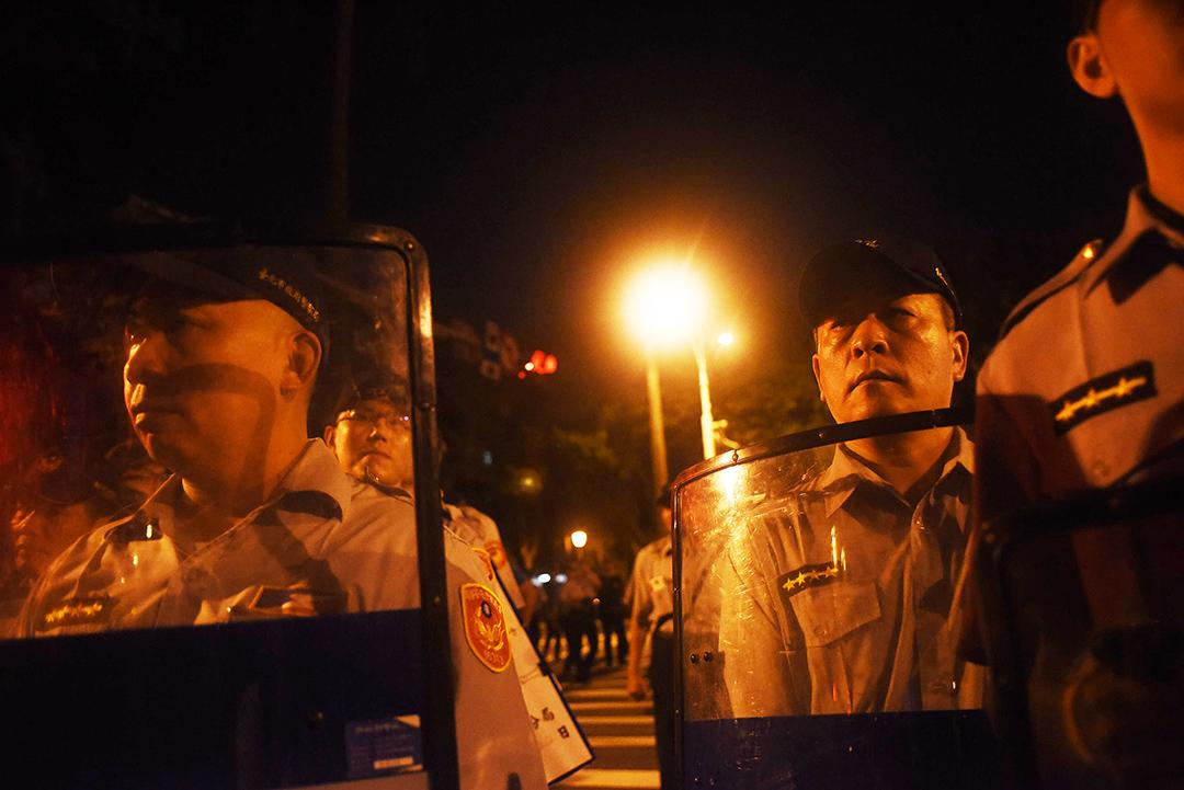 學生佔領教育部被逮捕後,警力開始集結。攝:陳弘岱/端傳媒