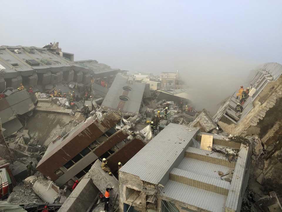 台南發生6.4大地震,多棟樓房傾斜倒塌。攝:Pichi Chuang/REUTERS