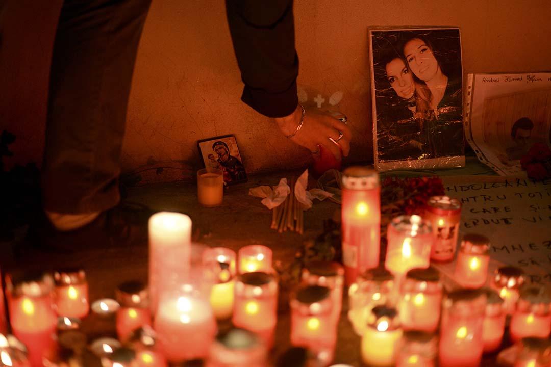 羅馬尼亞民眾在火災現場哀悼遇難者。攝: Inquam Photos/REUTERS