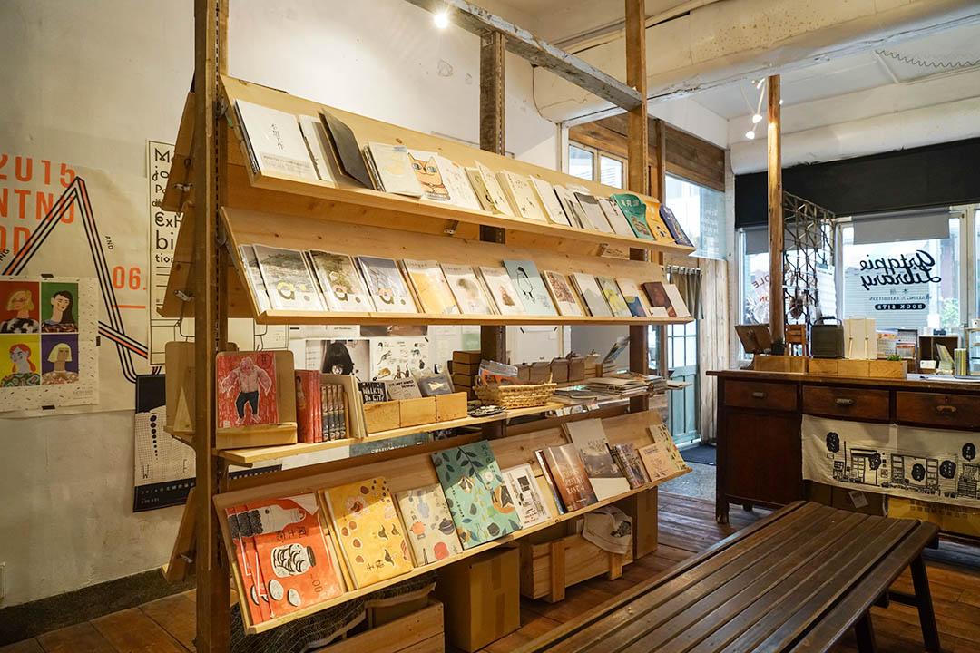 台中西區的「Artqpie Library.本冊」是很多人口中「熱愛紙本讀物的人非朝聖不可的地方」。攝:張國耀/端傳媒