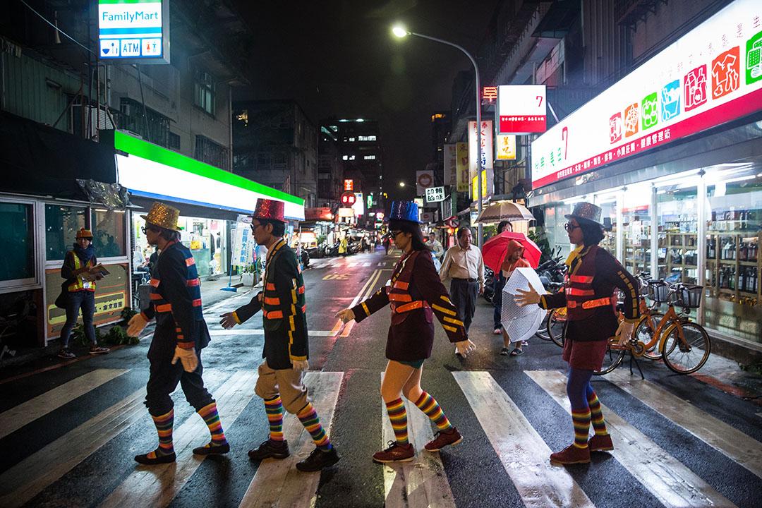 《跟著垃圾車遊台北》將台北定點定時收垃圾的城市習慣,變成全民參與的藝術行動。攝:Billy H.C. Kwok/端傳媒