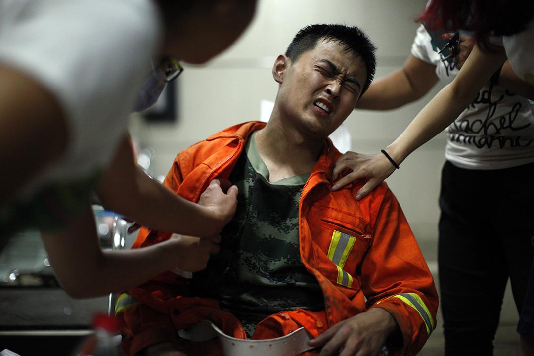 一名受傷消防員在醫院接受治療。