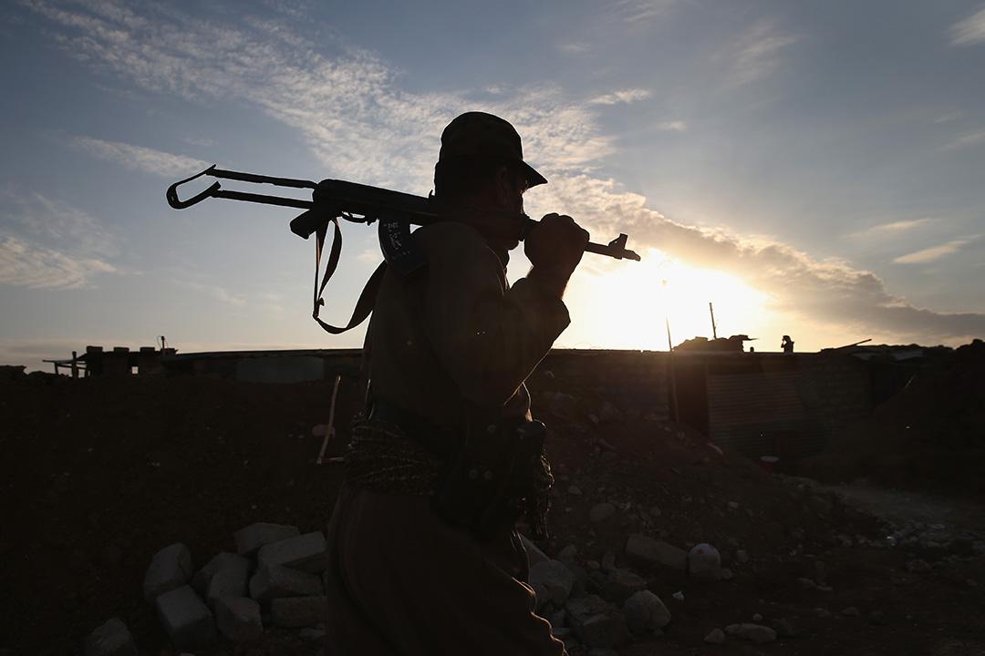 2015年11月5,伊拉克北部,庫爾德部隊已收復被極端組織伊斯蘭國佔領的伊拉克北部地區。圖為庫爾德部隊的士兵在前線站崗。攝:John Moore/GETTY