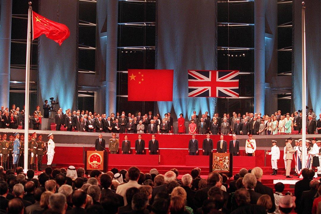 關信基:香港在殖民地時代屬於英國,回歸後是中國,民主與否,都不能自決。圖為1997年7月1日,香港結束156年的英國殖民統治,主權回交中國。 攝:Kimimasa Mayama/REUTERS