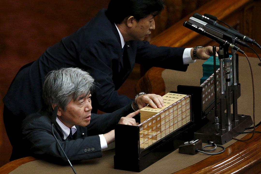 工作人員點算票數,日本參議院通過新安保法案。攝: Toru Hanai/REUTERS