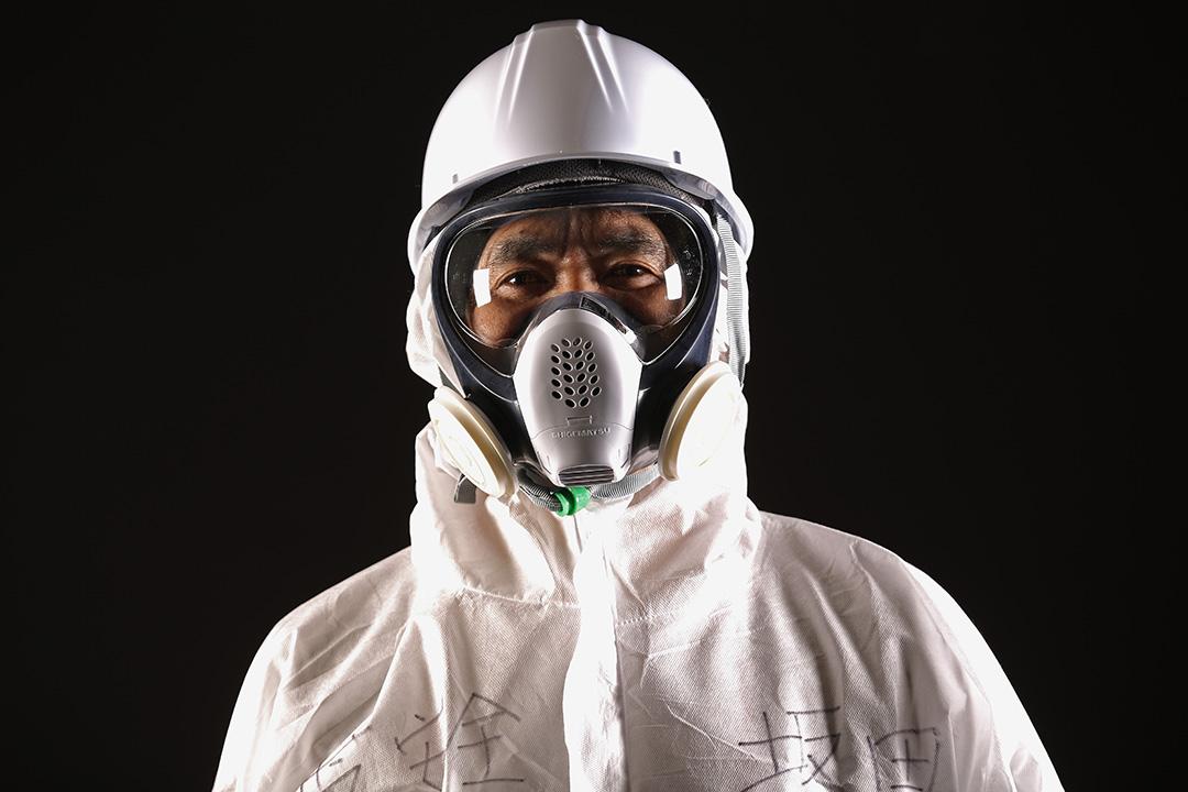 東電的 Eiji Sakata 負責監察工地的安全情況,他表示在福島工作的難處在於需要牢記所有事情,因為文件不由他們隨意拿走;另方面溝通亦因為隔著面罩而變得不便。攝:Christopher Furlong/GETTY