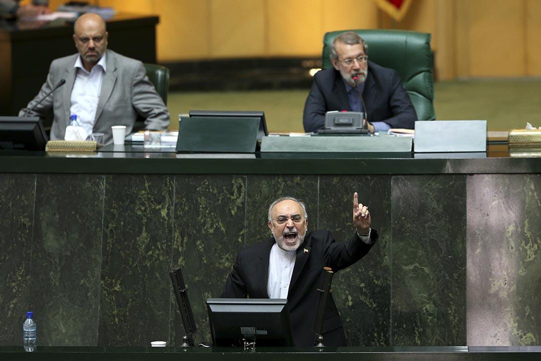 伊朗原子能組織負責人阿里·阿克巴爾·薩利希在議會上討論伊朗與世界大國的核協議法案。攝 : Ebrahim Noroozi/AP
