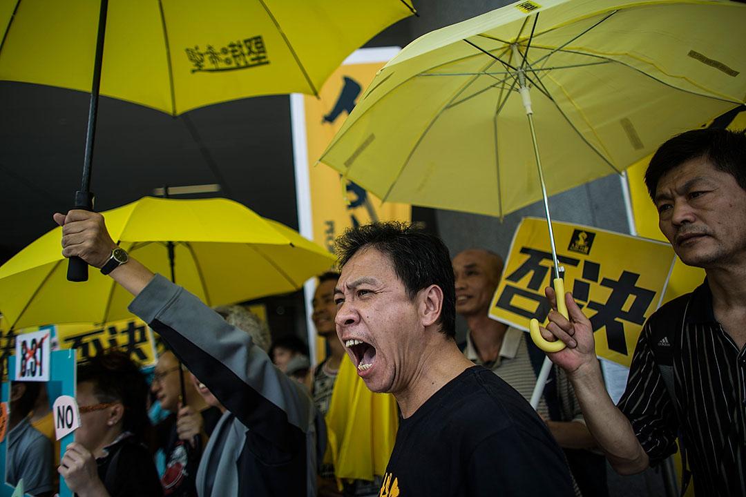 2015年4月22日,反對政改人士於立法會外撐起黃傘示威。攝:Lam Yik Fei/Getty