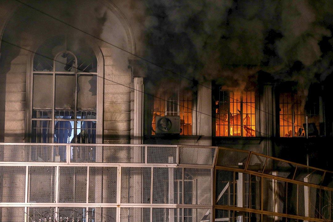 伊朗示威者焚燒沙特駐伊大使館。攝 : REUTERS/TIMA/Mehdi Ghasemi/ISNA