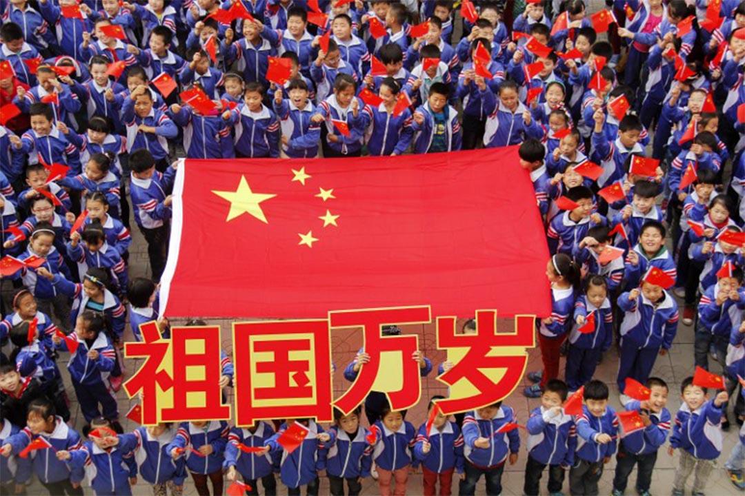 中國教育部下發文件,要求把愛國主義融入各級教育各個環節。圖為河北省一所小學,學生揮舞國旗慶祝國慶。攝:CHENG XUEHU / IMAGINECHINA