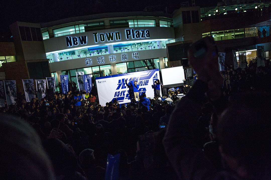 2016年2月20日,梁天琦在沙田大會堂對開露天廣場舉行造勢晚會。 攝:盧翊銘/端傳媒