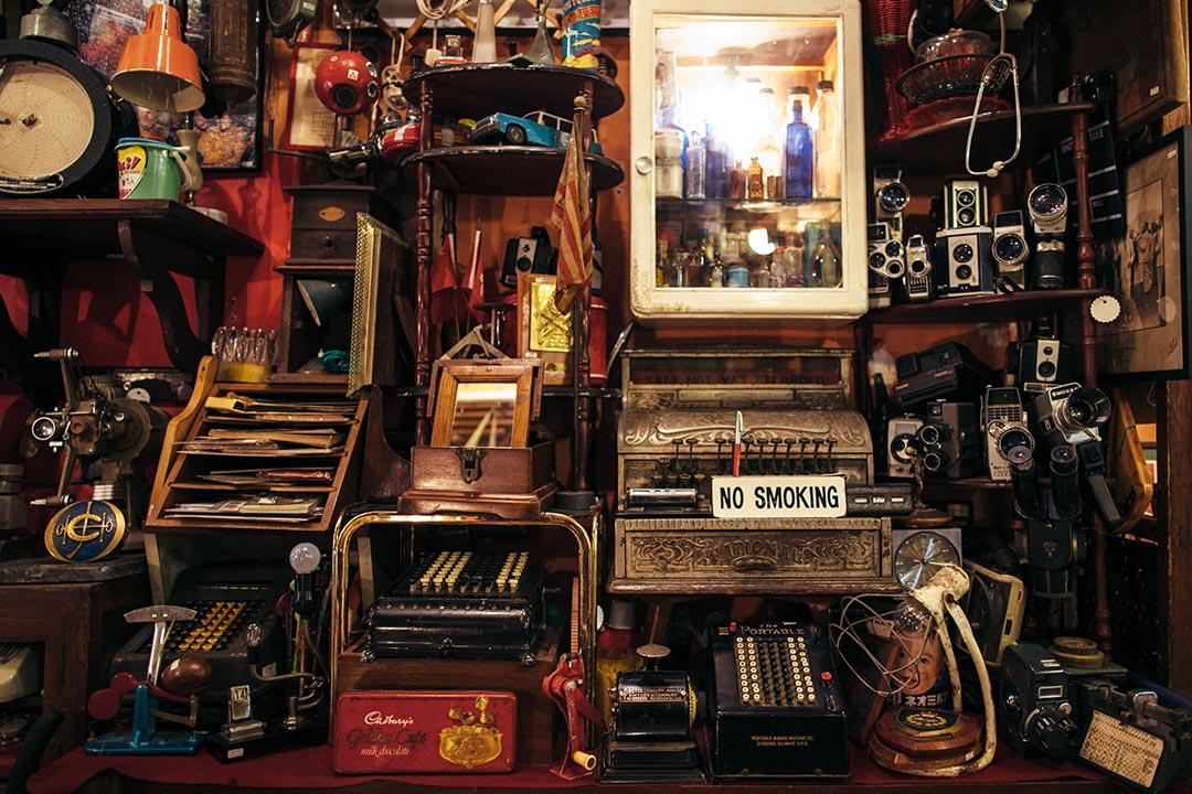 菲林相機、打字機、舊時醫院用的藥物樽⋯⋯凝住了昔日的情懷。攝:盧翊銘/端傳媒