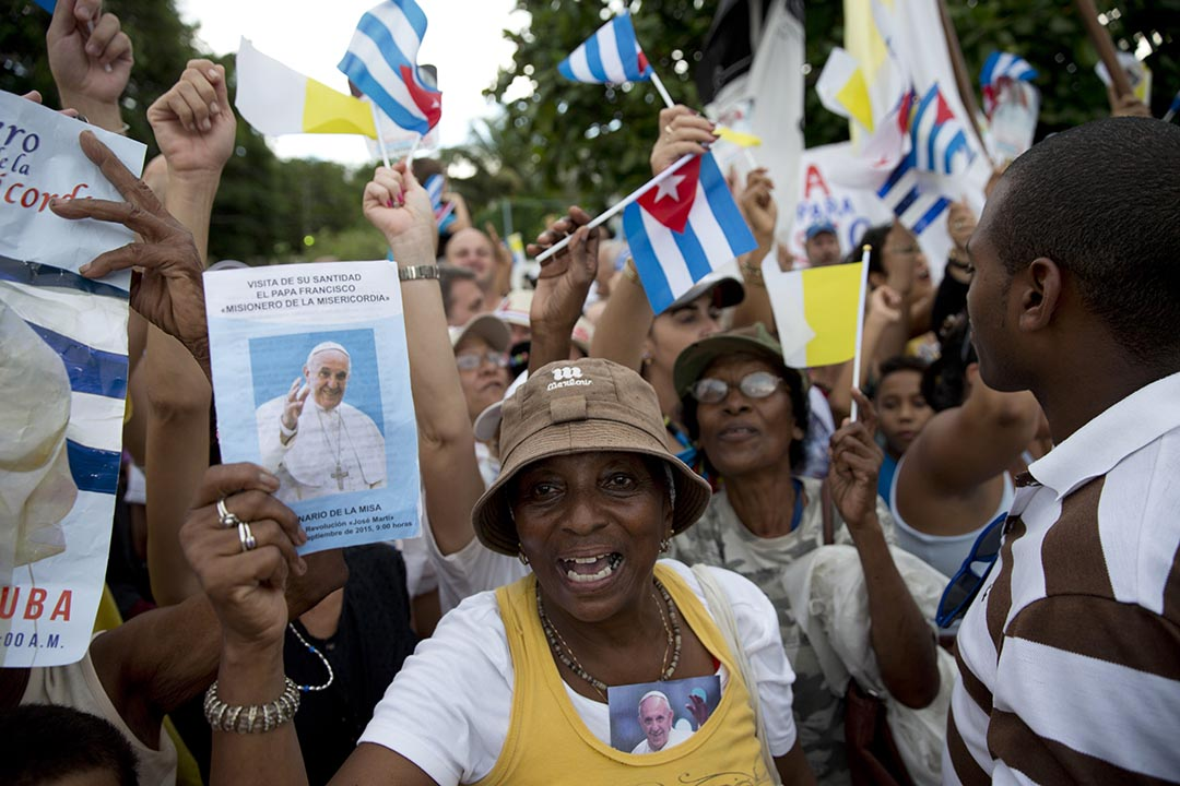 群眾在夏灣拿揮旗歡迎教宗。攝 : Alessandra Tarantino/AP