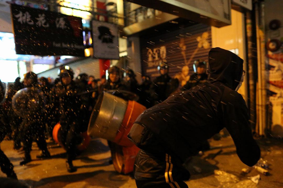 2016年2月9日,凌晨五時,防暴警察向示威者施放胡椒噴霧。攝:盧翊銘/端傳媒