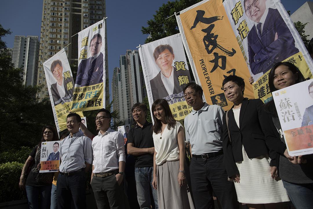 人民力量主席袁彌明到場為參選將軍澳都善區的蘇浩打氣。攝:羅國輝/端傳媒