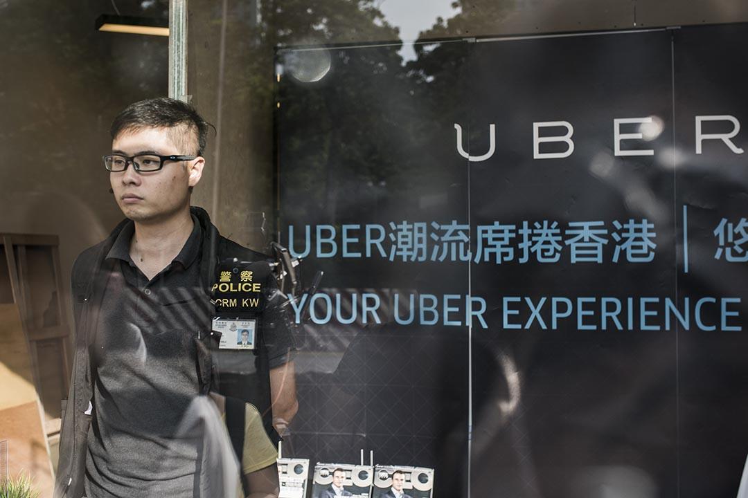 香港警察拘捕5名 Uber 司機及3名 Uber 員工。 攝 : Xaume Olleros/端傳媒