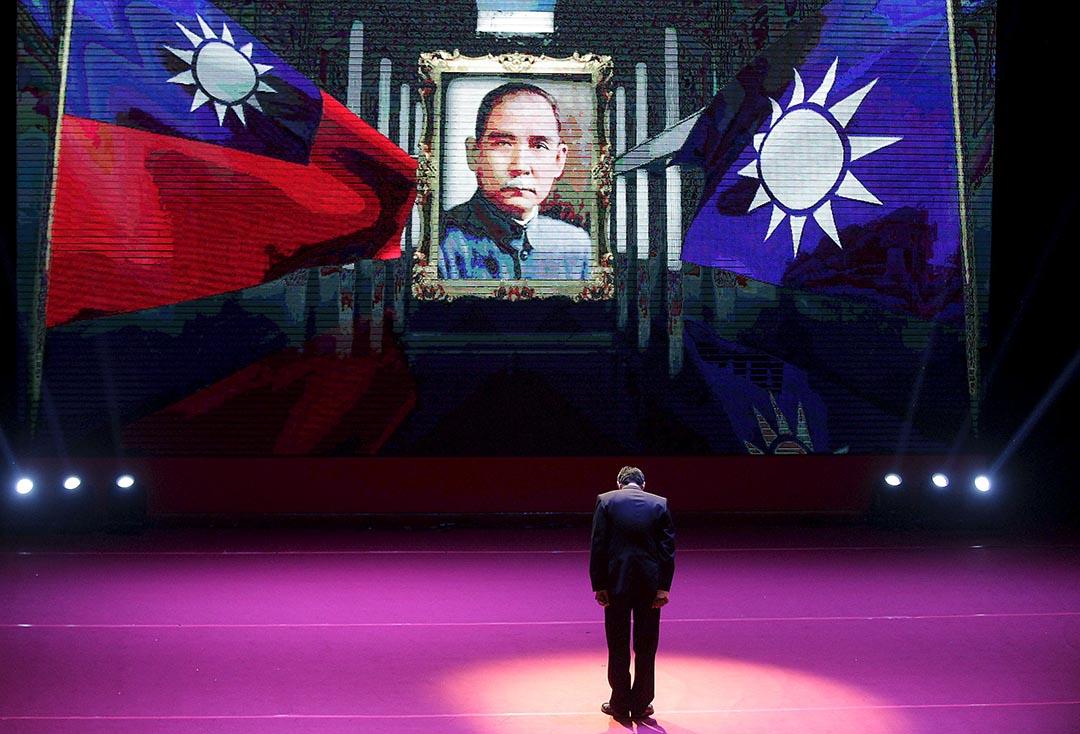 朱立倫在臨全會向孫孫中山的畫像敬禮。攝 : Pichi Chuang/REUTERS