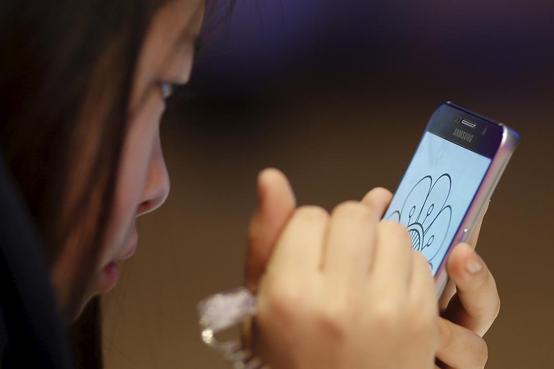 美國視力協會發布的最新調查報告顯示,美國有近65%的人患有俗稱「電腦眼」的電子設備疲勞症。攝:Kim Hong-Ji/REUTERS