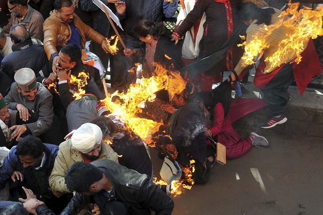 2015年12月14日,印度,抗議人士試圖燒毀總理納倫德拉•莫迪的雕像時卻反把自己燒傷。攝:Stringer /REUTERS