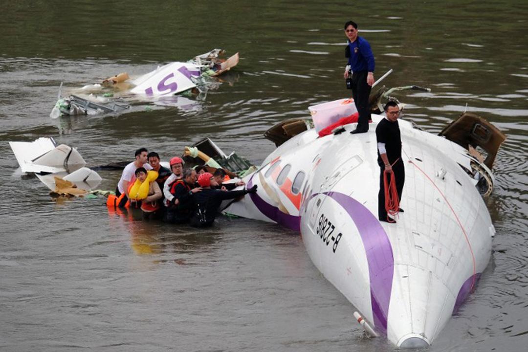2015年2月4日,台北,復興航空客機於台北市區基隆河墜毀後救援人員趕到現場,生還者等待送院救治。攝:Sam Yeh/AFP