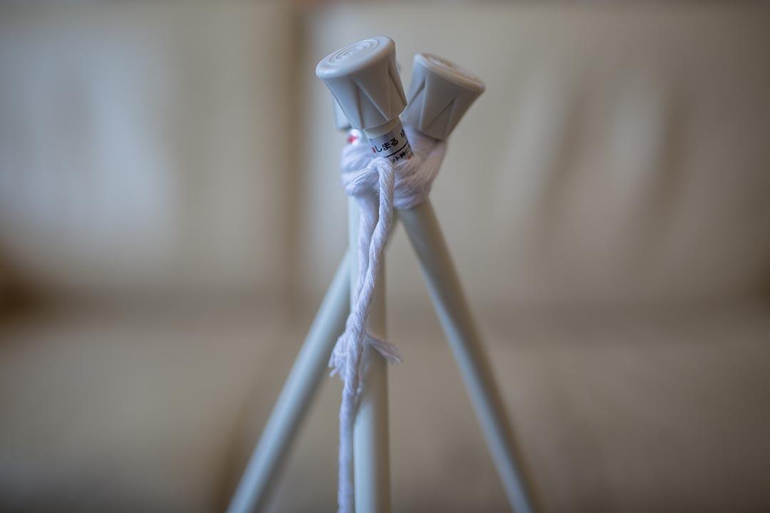 1. 用棉繩綑起三支伸縮棒的一端,固定成三腳架。