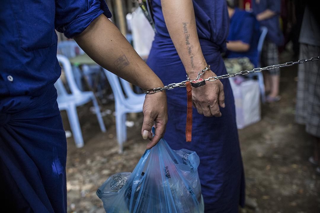犯人走進法庭。攝: Minzayar/端傳媒