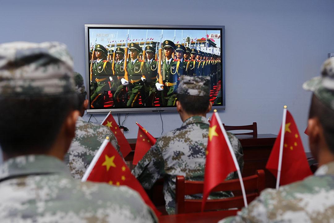 2015年9月3日,江蘇省的士兵透過電視收看現場直播的閱兵儀式。攝:ChinaFotoPress/GETTY