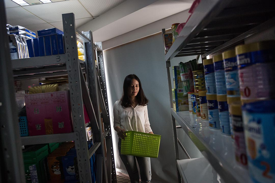 香港範兒的辦工室裏面有個小倉庫,放滿主打的四類產品:母嬰、化妝、美食、保健。攝:Billy H.C. Kwok/端傳媒