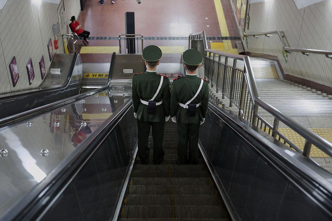 武警在地下鐵巡邏。