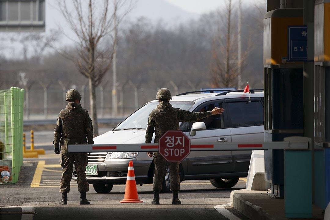 2月11日,南韓士兵在開城工業園區外站崗。攝:Kim Hong-Ji/REUTERS