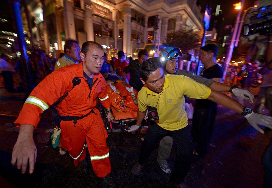 泰國救援人員在曼谷市中心爆炸現場搶救傷者。