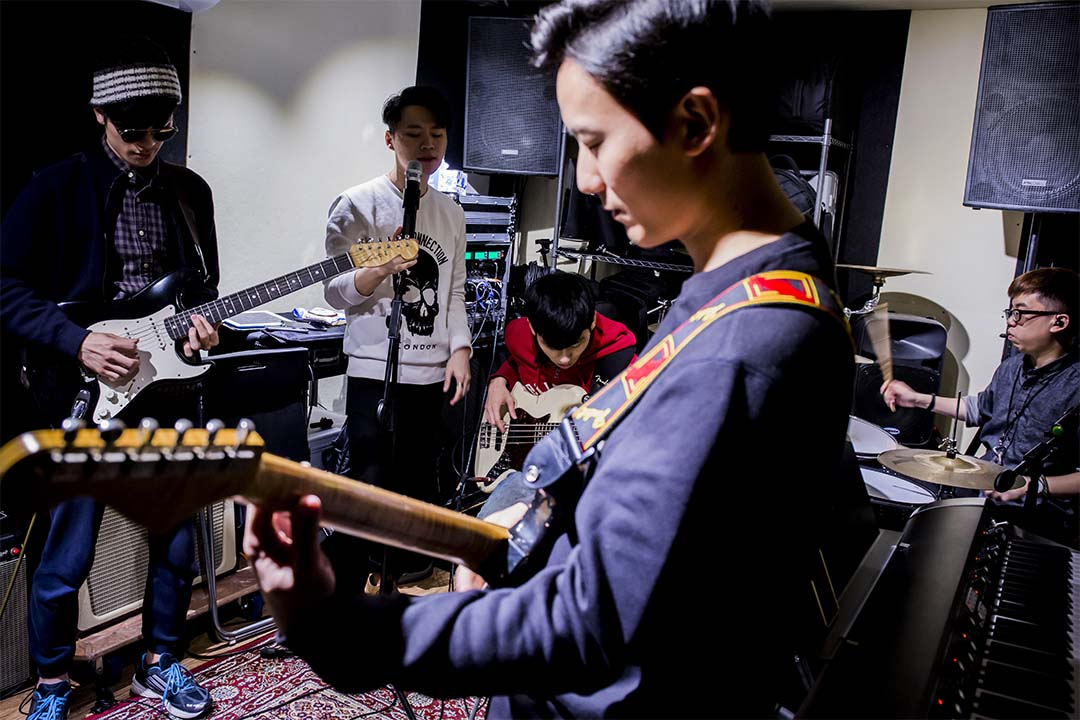 The Bright Lights 正在為下一場表演進行排練。最前面的吉他手 Raven 是  Tonyi 在 Musicians Institute 的師兄,也是 The Bright Lights 最早的成員之一。他們排練用的這間 Band Room 是 Raven 平時用來對外出租的。 攝:羅國輝/端傳媒