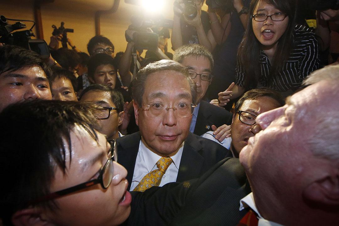 2015年7月28日,參與香港大學校委會會議的李國章,離開會場時被學生包圍。攝:Kin Cheung/AP
