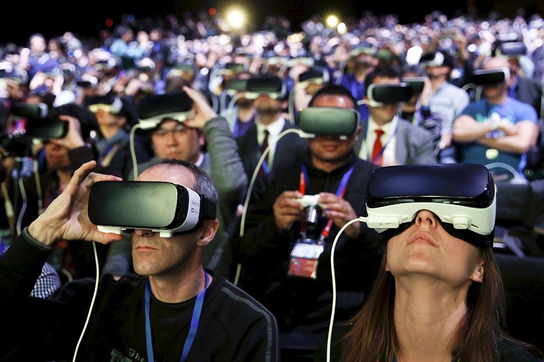 2016年2月21日,西班牙巴塞隆拿舉行世界移動通信大會。圖為參觀人士試用三星的全景虛擬現實(VR)設備。攝:Albert Gea/REUTERS