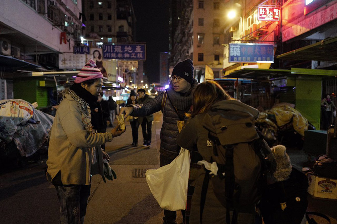 2016年1月24日,香港,義工在深水埗派發熱茶葉蛋予街坊。攝:Anthony Kwan/端傳媒