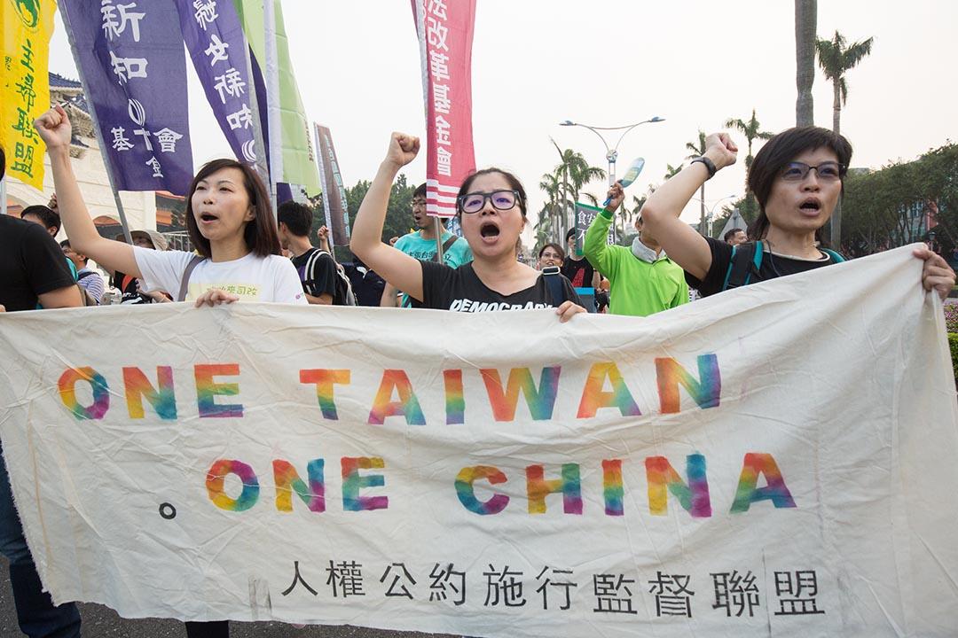 2015年11月7日,台灣民眾攜帶「One Taiwan, One China」標語,象徵人民不同意馬習會在「一個中國」、「九二共識」的前提下進行。攝:張國耀/端傳媒