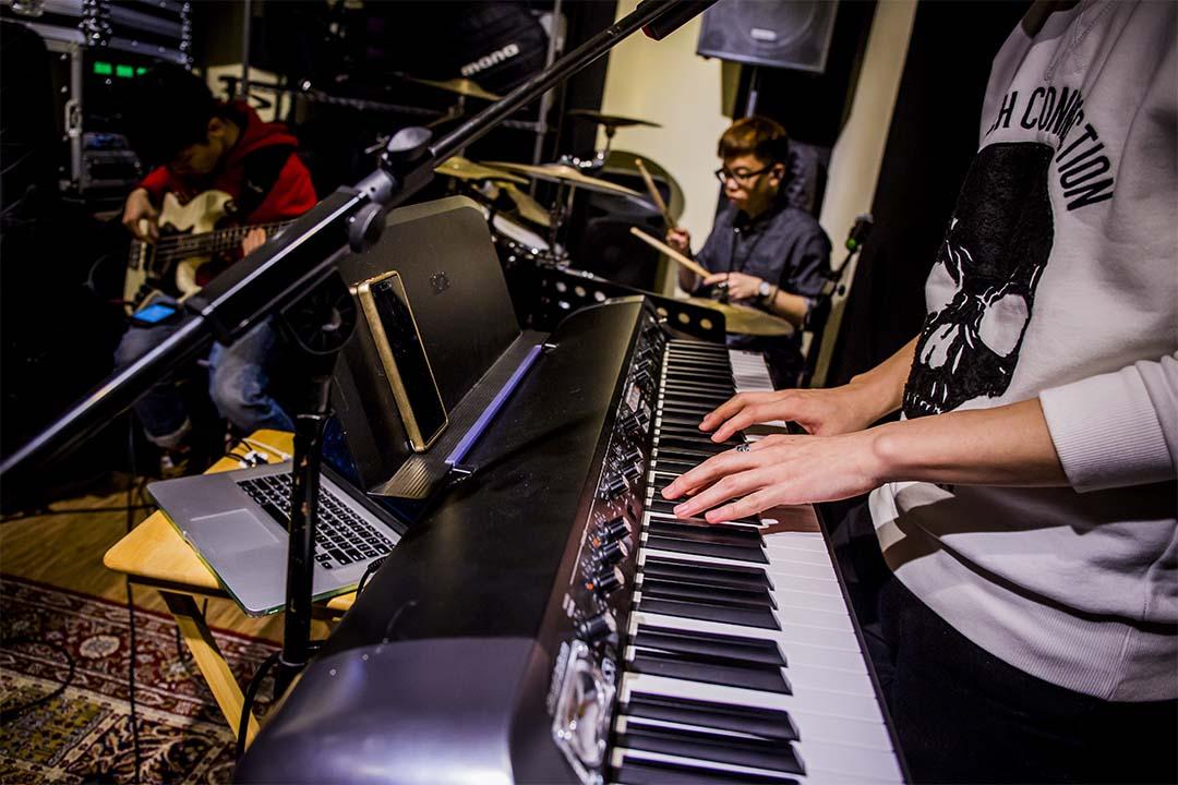 樂隊的最新 EP《謊言學》就是在這間排練室裏錄製而成,除了混音和封面設計,全部由樂隊成員自己製作完成。攝:羅國輝/端傳媒