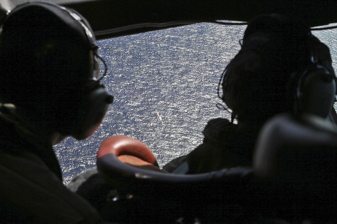 2014年4月4日,空中搜索隊機師在印度洋上空搜尋失縱的馬航MH370號客機。