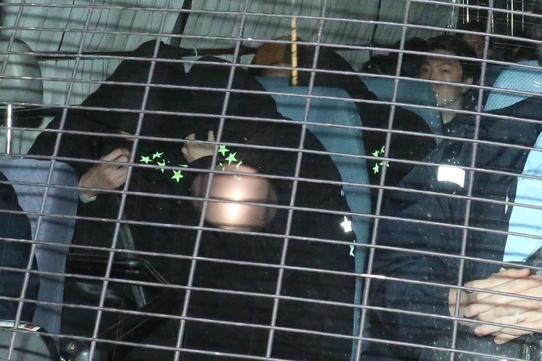 2月11日,旺角騷亂中的被捕人士被押往九龍城裁判法院應訊。攝:盧翊銘/端傳媒