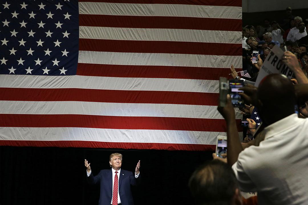 美國共和黨候選人保持最高支持率的房地産大亨唐納德•特朗普(Donald Trump)在支持者集會中站台演說。攝: LM Otero/AP