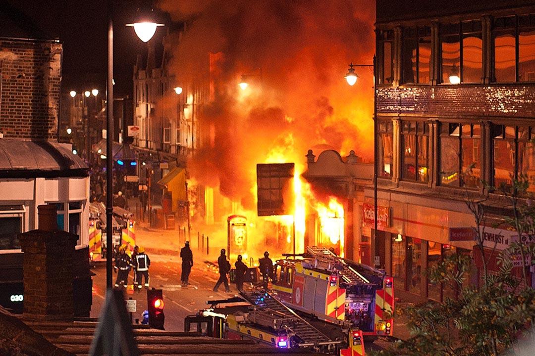 2011年8月6日,倫敦托定咸(Tottenham,台譯托登罕) 發生大規模騷亂,並迅速蔓延至英格蘭11個城市。攝:Matthew Lloyd/Getty
