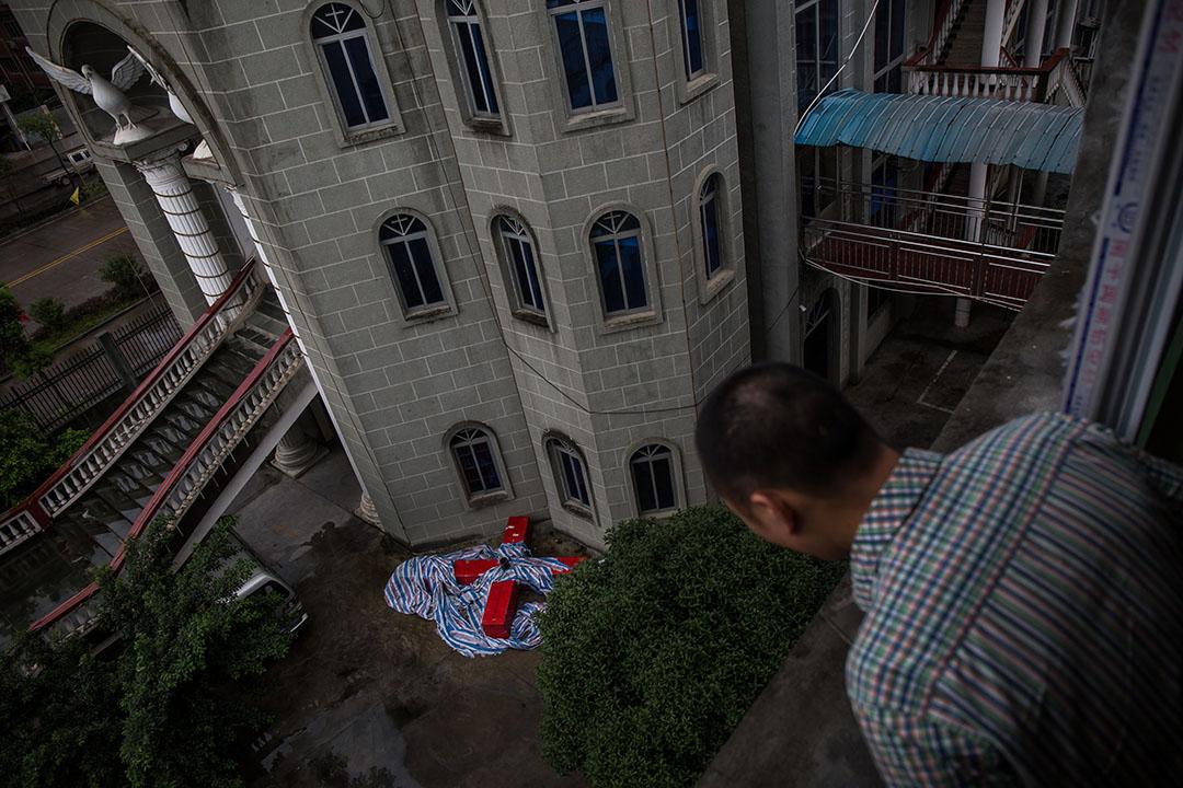 被拆除的十字架放在教堂門外。攝:Billy H.C. Kwok/端傳媒