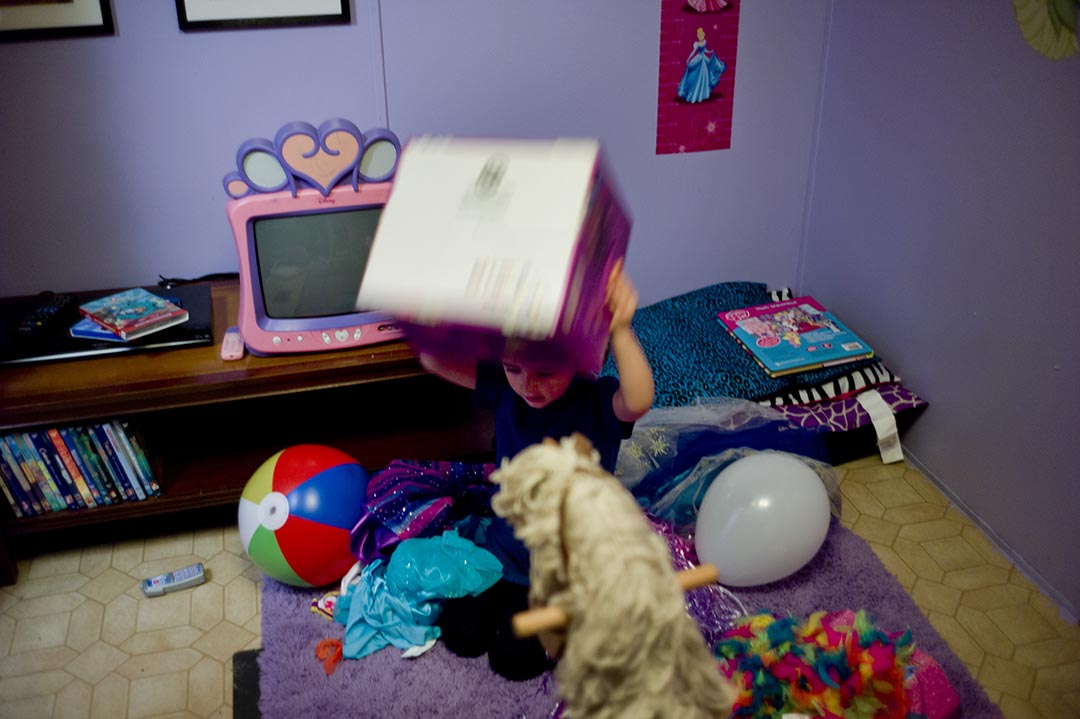Holly的女兒,Kaylee在她的遊戲房裡尋找她的玩具箭。攝 : Hai Zhang/端傳媒