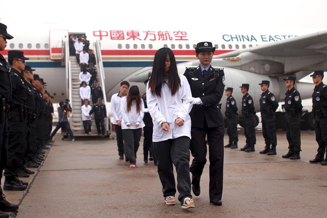 11月10日,254名參與電話詐騙案的疑犯被中國警方押解回國。攝:China Daily/REUTERS